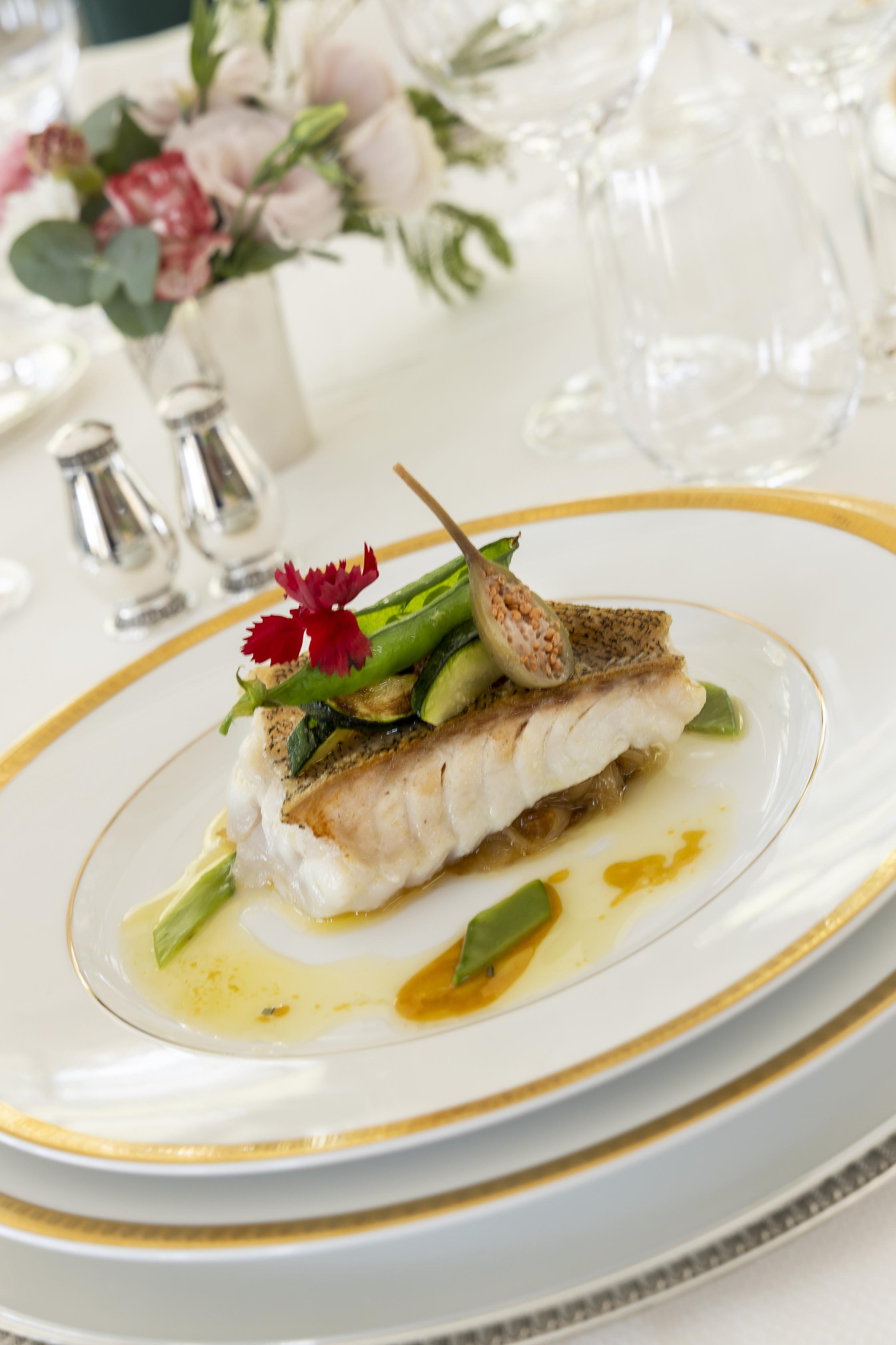 Cocina luminosa en la mesa de Villa Saint-Ange
